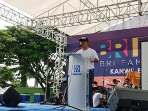 Pemimpin Wilayah PT Bank Rakyat Indonesia (Persero) Tbk Bandar Lampung, Presley Hutabarat, memberikan sambutan pada BRIFFEST 2018 di Lapangan Saburai, Enggal, Bandar Lampung Minggu, 16 Desember 2018.