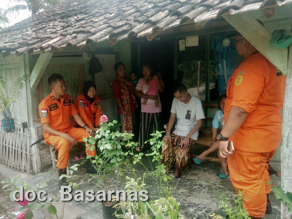 Tim rescue berjumlah 4 orang langsung berangkat menuju rumah WNA atas nama Khairul Umam bin Masduki (31) di Kecamatan Palas dan mengevakuasi korban menuju RSUD Bob Bazar Kalianda.