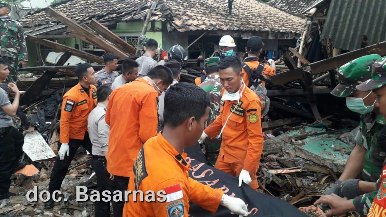 Tim Basarnas Lampung dibantu anggota polisi dan TNI mengevakuasi jenazah korban tsunami di Kalianda, Senin, 24 Desember 2018.