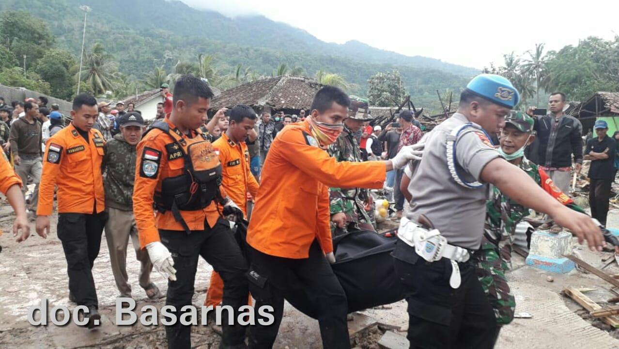 Tim SAR Gabungan terus mencari korban Tsunami Selat Sunda, Senin, 24 Desember 2018.