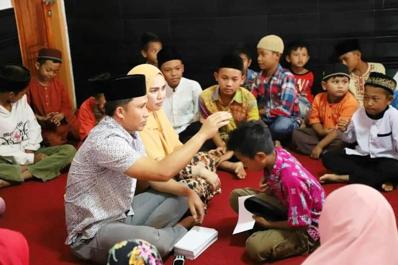 Rayakan Satu Tahun Pimpin Lambar, Bupati Parosil Berbagi Bersama Anak Yatim Piatu.