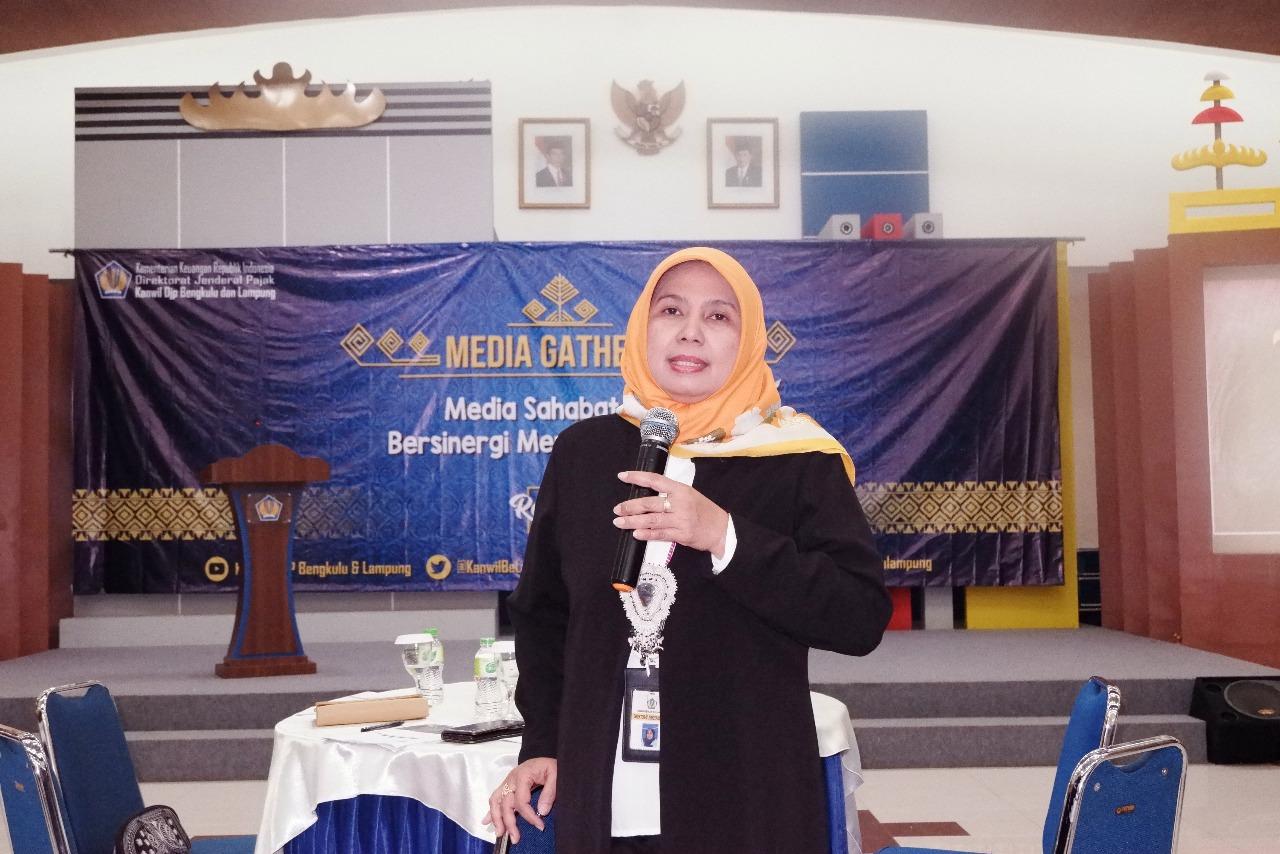 Kepala Kantor Wilayah DJP Bengkulu dan Lampung Erna Sulistyowati memberikan sambutan pada acara Media Gathering, Senin, (17/12/2018). Foto : Dean Intania