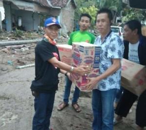 Koordinator Goweser Lampung, Babeh Ruddy saat menyerahkan bantuan pada korban terdampak tsunami, Rabu, 26 Desember 2018.