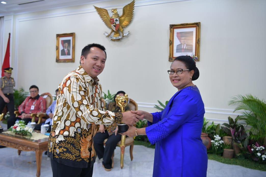 Penghargaan diberikan oleh Menteri Pemberdayaan Perempuan dan Perlindungan Anak Republik Indonesia Yohana Yambise di Istana Wakil Presiden Rl Kebon Sirih Jakarta Pusat, Rabu 19 Desember 2018.