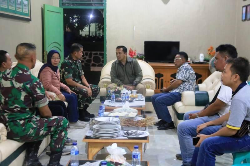 Koordinasi dilakukan di di Kodim 0421, Kalianda, Lampung Selatan, Minggu (23/12/2018) malam. Hadir juga dalam kesempatan itu Komandan Korem 043/Gatam Erwin Djatniko, Plt Bupati Lampung Selatan, GM PLN Distribusi Lampung Julita Indah, dan perwakilan Basarnas.