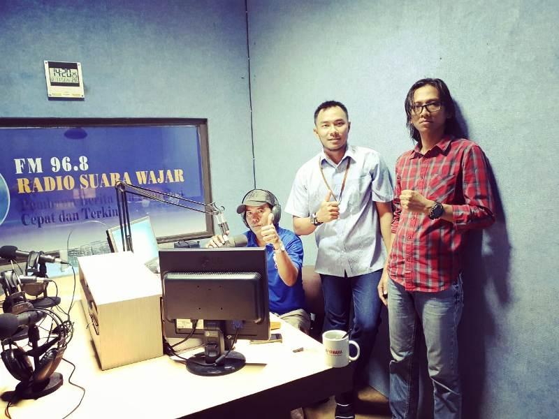 Humas Perusahaan Gas Negara (PGN) Area Lampung dan Sumatera Selatan, Heru Prasetyo (tengah) di studio Radio Suara Wajar Bandar Lampung.