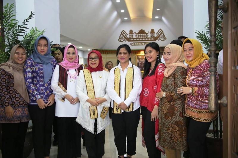 Ketua Dekranasda Lampung Yustin Ridho Ficardo mengajak Ibu Presiden dan Wakil Presiden melihat karya Dekranasda Lampung, terutana tapis.