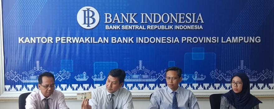 Kepala Bank Indonesia Kantor Perwakilan Wilayah Lampung  Budiharto Setyawan, (dua dari kanan), saat menggelar konferensi pers dikantornya, Kamis 6 Desember 2018.