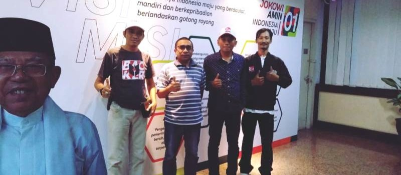 Kiri-kanan: Ketua RPN Lampung Fachrurrozie Cappela, Abdul (sekretariat TKN-KIK) Jokowi-Ma'ruf Amin, Ketua Bravo-5 Tanggamus Arief Budiman Paksi, dan Ketua Badan Pekerja CeDPPIS Muzzamil, yang juga relawan Bravo-5 Lampung, Muzzamil, usai koordinasi dan konsultasi usulan rencana kegiatan Tasyakuran Rakyat Lampung atas fungsionalisasi operasional JTTS Bakauheni-Terbanggi Besar 22 Desember 2018, di sekretariat TKN-KIK Jokowi-Ma'ruf Amin, High End Building MNC Tower, Kebon Sirih, Jakarta Pusat, Rabu (12/12/2018). Foto: Muzzamil