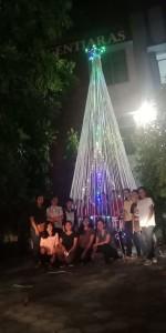 Mahasiswa Gentiaras Bandar Lampung berfoto bersama di depan pohon Natal karyanya, di halam kampus setempat. Foto : Karintas