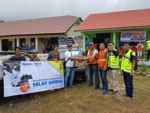 Humas Perusahaan Gas Negara (PGN) Area Lampung dan Sumatera Selatan, Heru Prasetyo (empat dari kanan) saat menyerahkan bantuan Selasa, 25 Desember 2018.