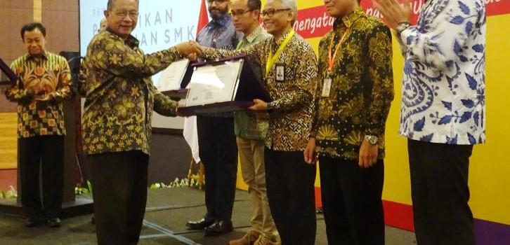 Penghargaan Peduli SMK disampaikan oleh Menteri Koordinator Bidang Pereknomian, Darmin Nasution dan didampingi Menteri Pendidikan dan Kebudayaan (Mendikbud), Muhadjir Effendy kepada General Manager PLN Pusat Pendidikan Dan Pelatihan (Pusdiklat) Wisnoe Satrijono.