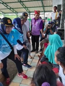 General Manager PLN UID Lampung, ibu Julita Indah saat berbincang dengan para korban terdampak di Desa Way Mulih, Kecamatan Rajabasa, Kaliadan, Lampung Selatan, Senin, 24 Desember 2018.