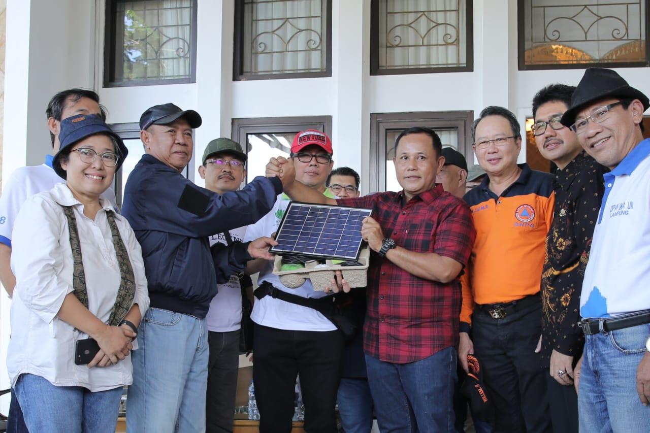Pejabat Pemprov Lampung Dampingi Penyerahan Bantuan dari Mendagri untuk Korban Tsunami di Lamsel.