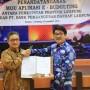 Pj. Sekretaris Provinsi Lampung Hamartoni Ahadis dan Direktur Utama Bank Lampung Eria Desomsoni di Kantor Utama Bank Lampung, Kamis (6/12/2018).