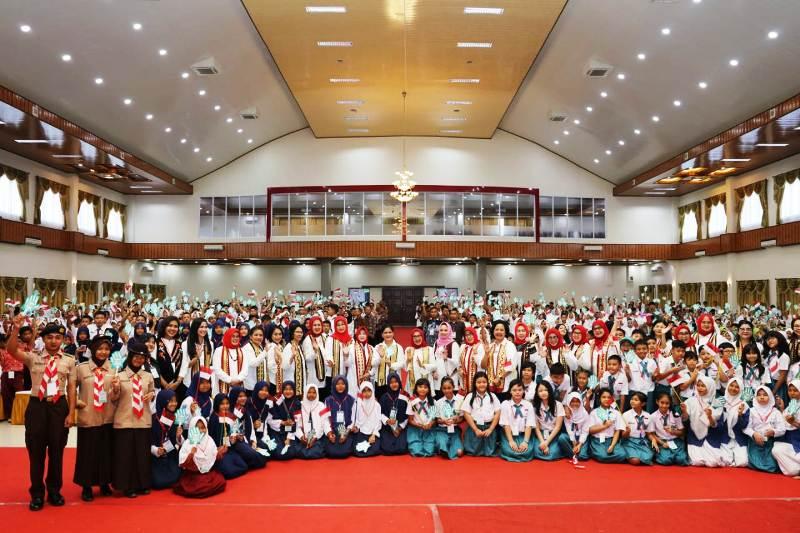 Ribuan pelajar SD dan SLTP di Kabupaten Pesawaran, Provinsi Lampung, menyambut antusias kedatangan Ibu Negara Iriana Jokowi dan Ibu Wakil Presiden Mufida Jusuf Kalla, di Graha Adora, Pesawaran, Rabu (12/12/2018).