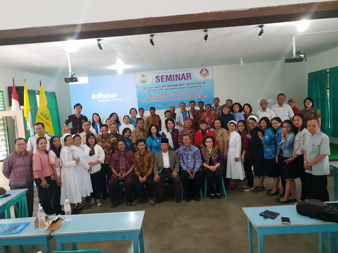 """Peserta seminar sehari Mewujudkan Pemilu 2019 yang Berkualitas dengan tema """"Meningkatkan Hubungan Antar Umat Beragama"""" di Wisma St. Albertus Bandar Lampung, Sabtu, 15 Desember 2018. Foto : Robert/Radio Suara Wajar Bandar Lampung."""