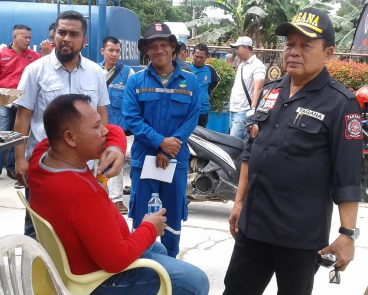 Pembina Tagana, sekaligus Kepala Dinas Sosial Provinsi Lampung, Sumarju Saeni bersama Plt. Bupati Lampung Selatan, Nanang Ermanto di lokasi dapur umum di Desa Rangai, Tri Tunggal, Katibung, Sabtu 01 Desember 2018.