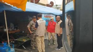 Pembina Tagana Lampung Sumarju Saeni tengah berkoordinasi dengan instasi terkait di lokasi dapur umum, komplek perkantoran Gubernur Lampung, Minggu, 23 Desember 2018.