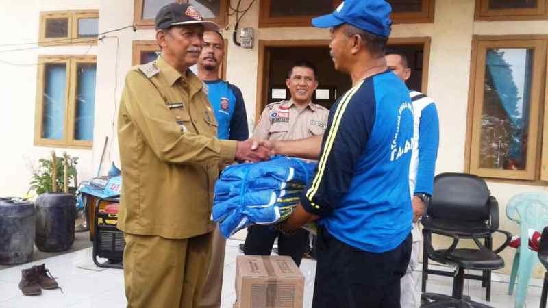 Camat Kelumbayan Barat, Hadi Suwarto saat menerima baperstok dari Tagana Lampung mewakili warga menyampaikan terima kasih atas kepedualian Tagana Lampung.