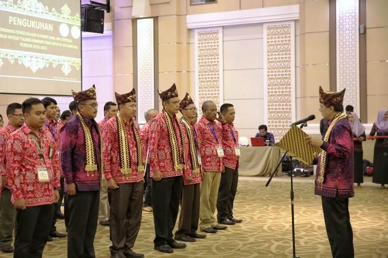 Pelaksana Tugas (Plt) Asisten Ekonomi dan Pembangunan Sekda Provinsi Lampung, Taufik Hidayat dikukuhkan sebagai Ketua Tim Koordinasi Pengelolaan Sumber Daya Air (TKPSDA) Wilayah Sungai Mesuji Tulangbawang dan Ketua TKPSDA Seputih Sekampung masa bakti 2018-2023.