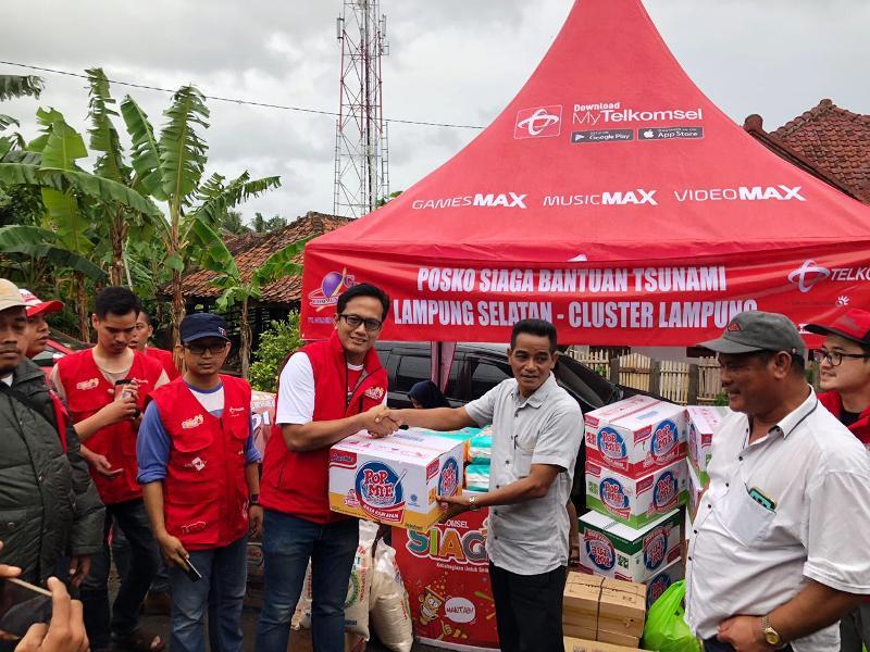 Telkomsel menyerahkan bantuan kepedulian sosial berupa kebutuhan sandang dan pangan siap saji. Bantuan disalurkan kepada para korban bencana melalui posko di Desa Cugung Kecamatan Rajabasa Kabupaten Lampung Selatan, Minggu, 23 Desember 2018.