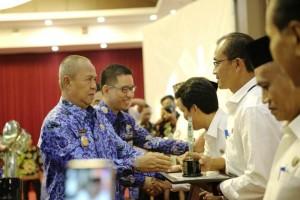 Wakil Gubernur Lampung Bachtiar Basri menyerahkan Anugerah Komisi Informasi (KI) Provinsi Lampung kepada badan publik yang telah menerapkan prinsip keterbukaan informasi berdasarkan UU Nomor 14 tahun 2008.