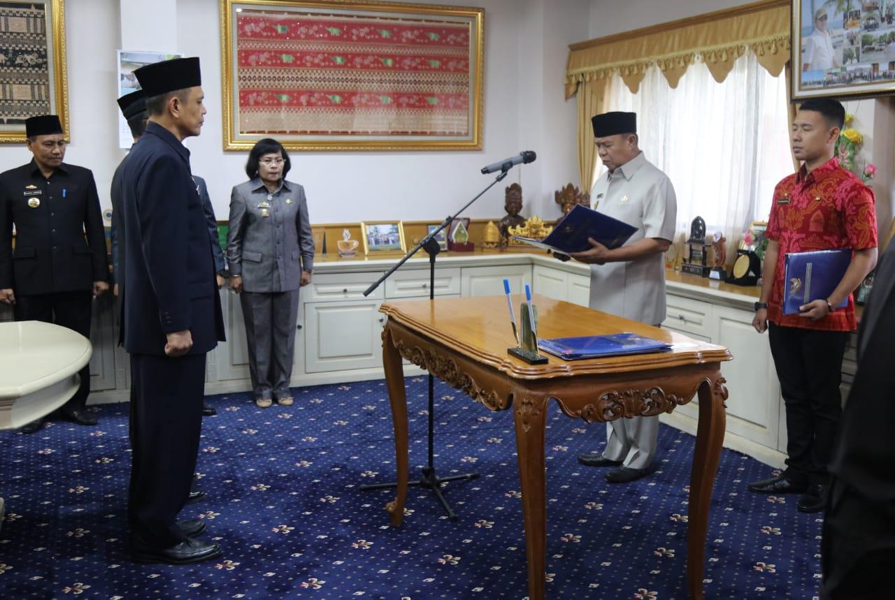 Wakil Gubernur Lampung Bachtiar Basri melantik dan mengambil sumpah jabatan dua Pejabat Pimpinan Tinggi Pratama yakni Taufik Hidayat dan Fachrizal Darminto. Pelantikan dilakukan di Ruang Kerja Wakil Gubernur, Jumat (21/12/2018).