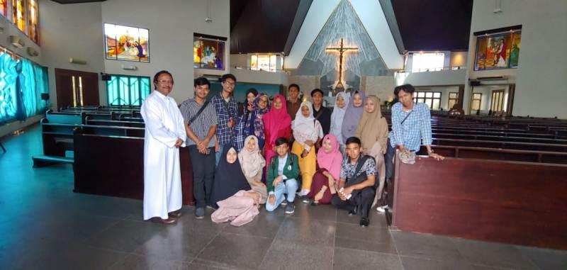 Ketua Komis Kerawam dan HAK Kesukupan Tanjungkarang Romo Roy bersama puluhan Mahasiswa UIN Raden Intan Lampung bekunjung ke Gereja Katolik Maria Ratu Damai Teluk Betung, Sabtu, 01 Desember 2018.