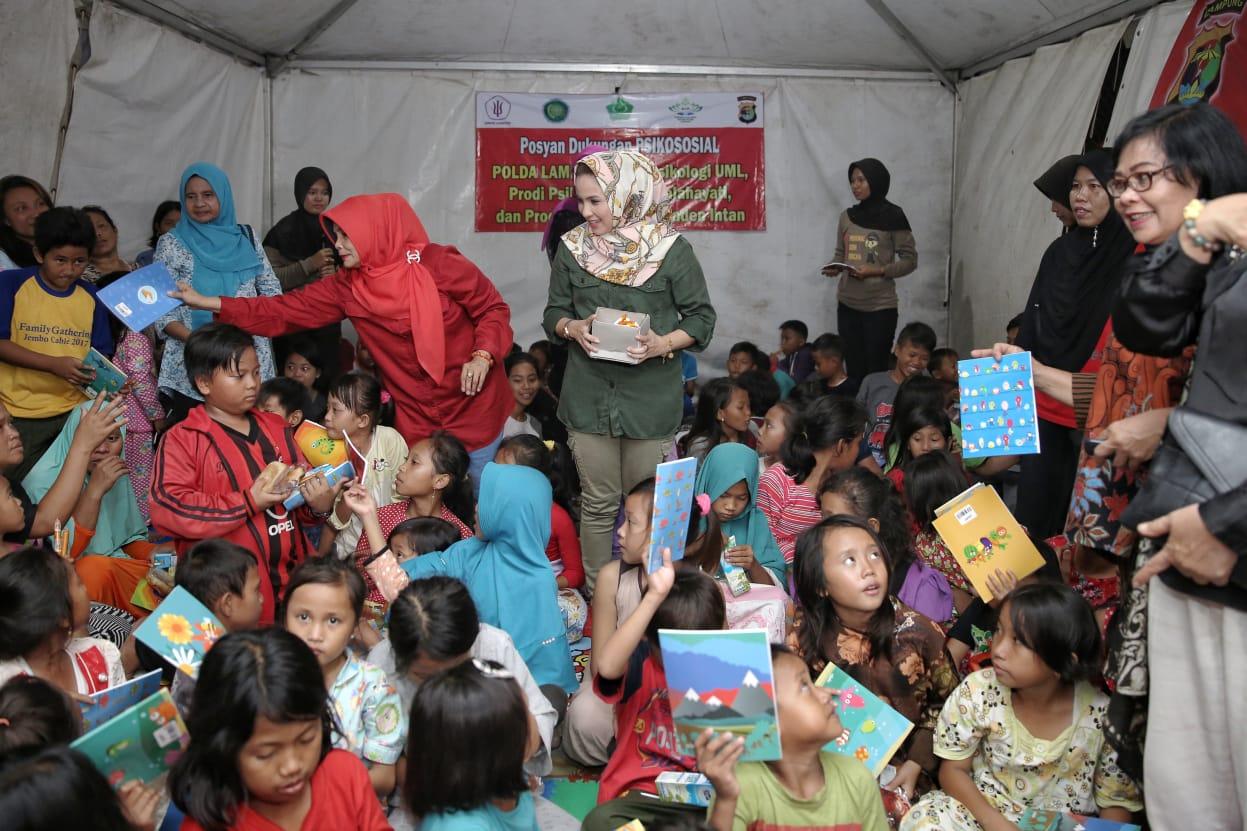 Yustin Ridho Ficardo Obati Kegelisahan Anak Anak Pengungsi Tsunami di Kalianda.