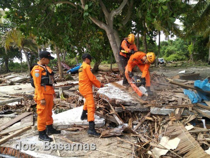 Tim dari Basarnas saat melakukan operasi pencarian korban tsunami di Alau-Alau Resort Kalianda, Lampung Selatan, Minggu, 23 Desember 2018.