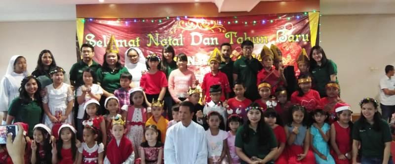 Pastor Kepala Paroki Maria Ratu Damai Teluk Betung, RD Apolonius Basuki bersama anak-anak BIA usai perayaan Natal dan Tahun Baru 2019, Minggu, 13 Januari 2019.