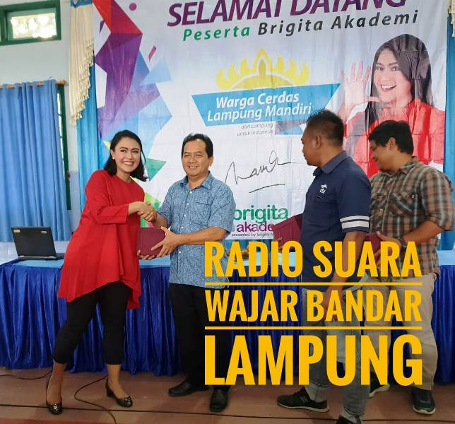 Brigita Manohara bersama Sekolah SMA Xaverius Pahoman Bandar Lampung, F. Joko Winarno.