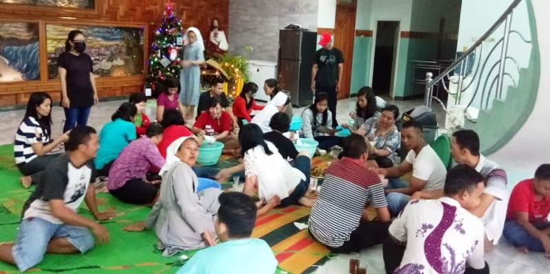 Umat Katolik di Kalianda sedang menyiapkan nasi bungkus untuk korban terdampak tsunmi di Kalianda.