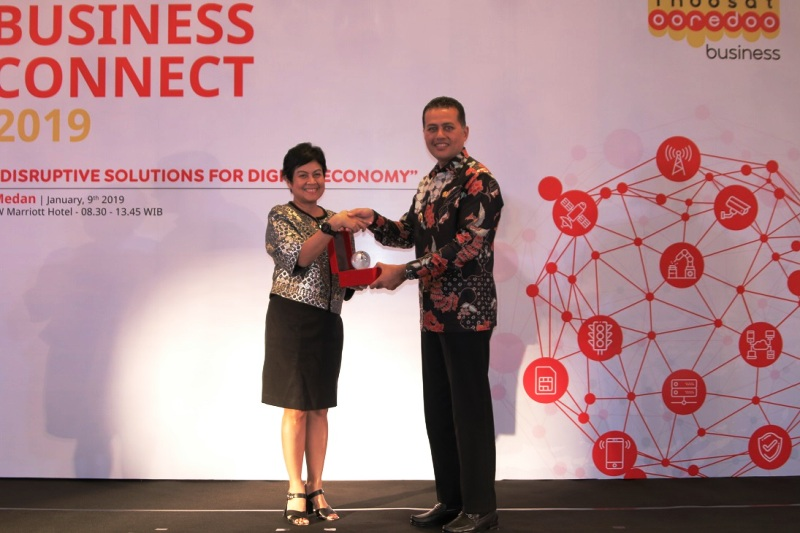 Chief Business Officer Indosat Ooredoo, Intan Abdams Katoppo (kiri).