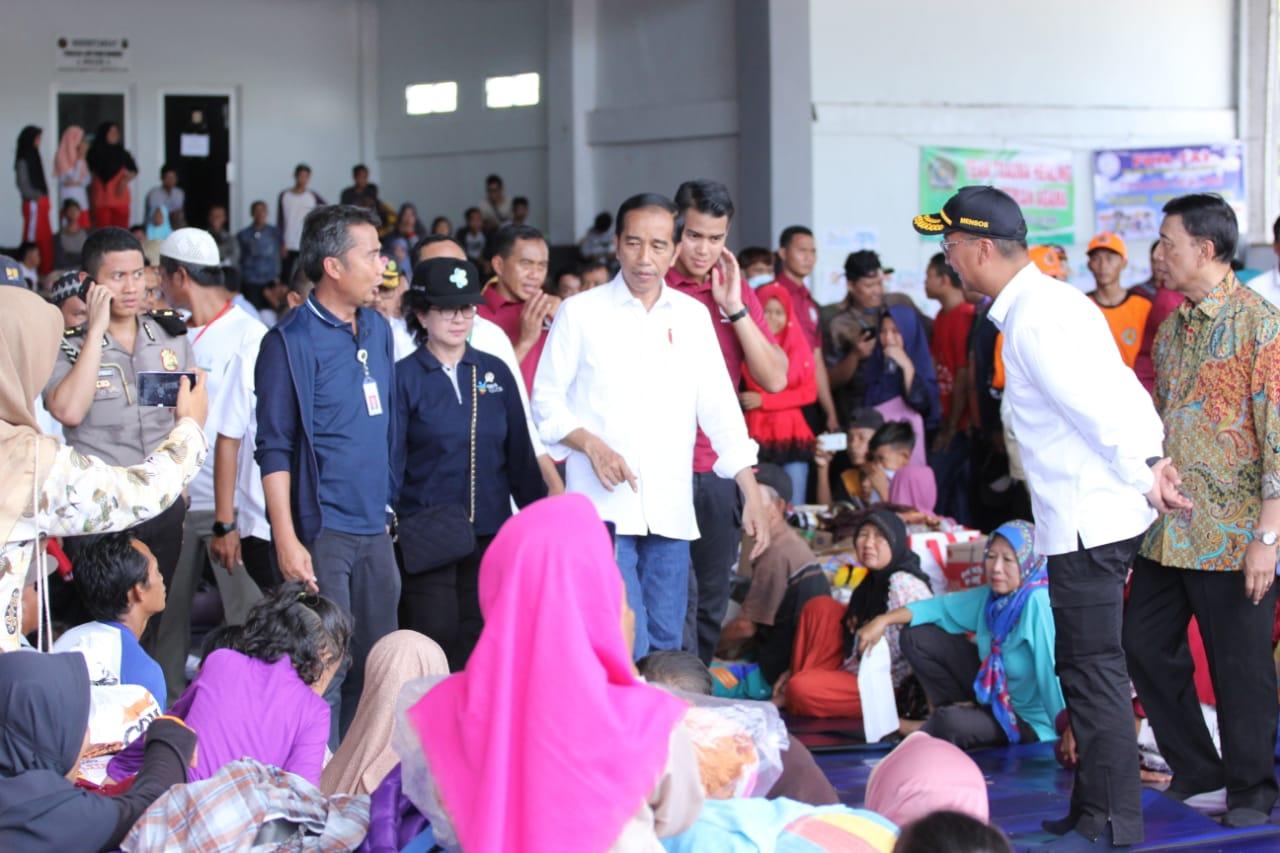 Saat di Lapangan Tennis Indoor, Kalianda, Presiden Jokowi mengatakan bahwa pihaknya akan melakukan relokasi tempat para korban tsunami.