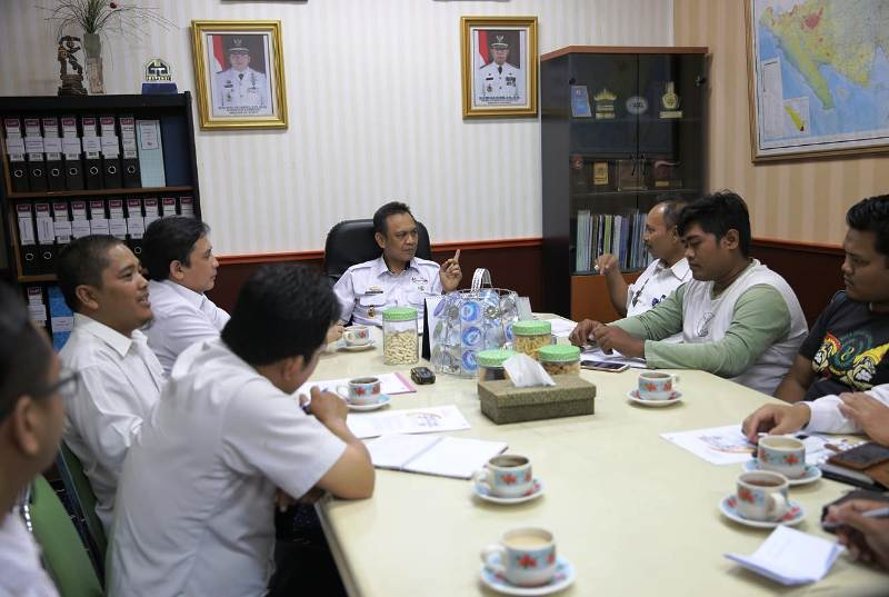 Asisten Ekonomi dan Pembangunan Provinsi Lampung, Taufik Hidayat dalam rapat lanjutan Laga Amal Persija Vs Pra-PON Lampung, di ruang kerjanya, Rabu (9/1/2019).