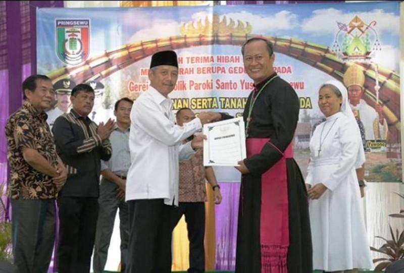 Uskup Keuskupan Tanjungkarang, Mgr. Yohanes Harun Yuwono menerima hibah dan tanah secara simbolis dari Bupati Pringsewu H. Sujadi, 13 Januari 2019.