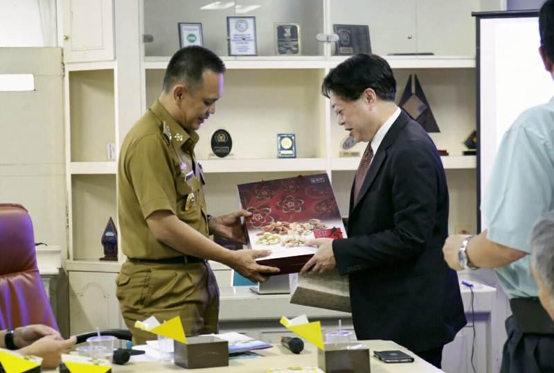 Asisten Bidang Ekonomi dan Pembangunan Provinsi Lampung Taufik Hidayat bersama Vice CEO Sugar Business Division, Taiwan Sugar Corporation (TSC) Vei-dong Chen.