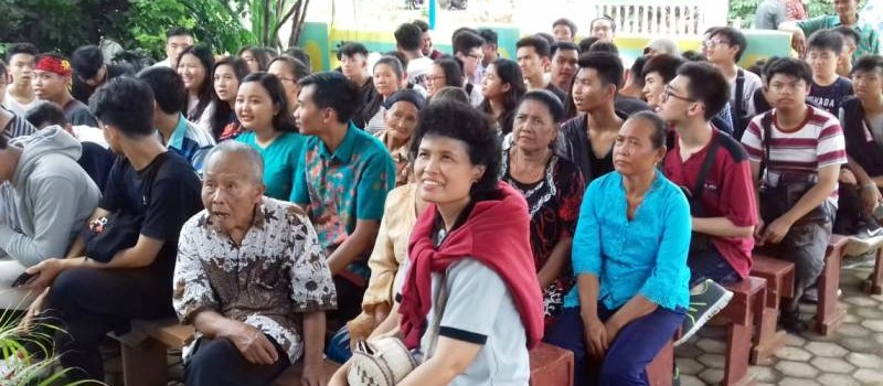 Para siswa dan guru SMA Xaverius Bandar Lampung berbaur bersama umat katolik di Stasi Pager Gading.