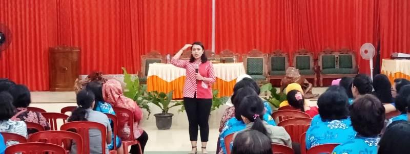 Presenter kondang salah satu stasiun televisi Nasional, Brigita Manohara memberikan pelatihan Public Speaking pada ibu-ibu anggota Wanita Katolik Republik Indonesia (WKRI) dan Pembinaan Kesejahteraan Keluarga (PKK) di Pekon Gisting Bawah, Gisting, Tanggamus, Minggu, 10 Februari 2019.