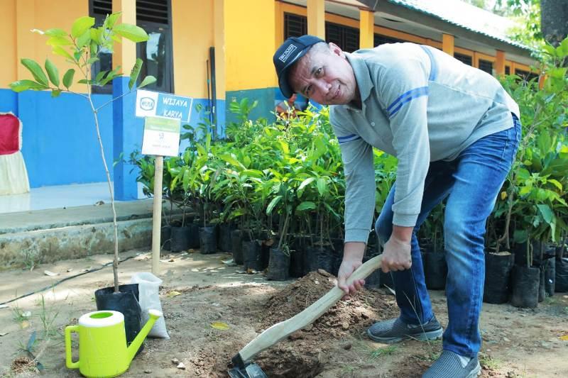Komisaris WIKA, Achmad Hidayat saat penenaman pohon secara simbolis di halaman SMP 1 Bengkunat, Pesisir Barat, Selasa (26/02).