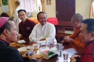 Uskup Keuskupan Tanjungkarang, Mgr Yohanes Harun Yuwono berkunjung ke Vihara Buddha Bhaisajyaguru Grha, Bandar Lampung, Senin, 11 Februari 2019 didampingi Romo Roy.