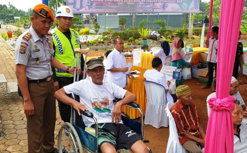 Terlihat salah satu Desa Pemanggilan, Natar, Lampung Selatan dibantu pertugas PT KAI saat pengobatan gratis Rail Clinic, Kamis, 28 Februari 2019.