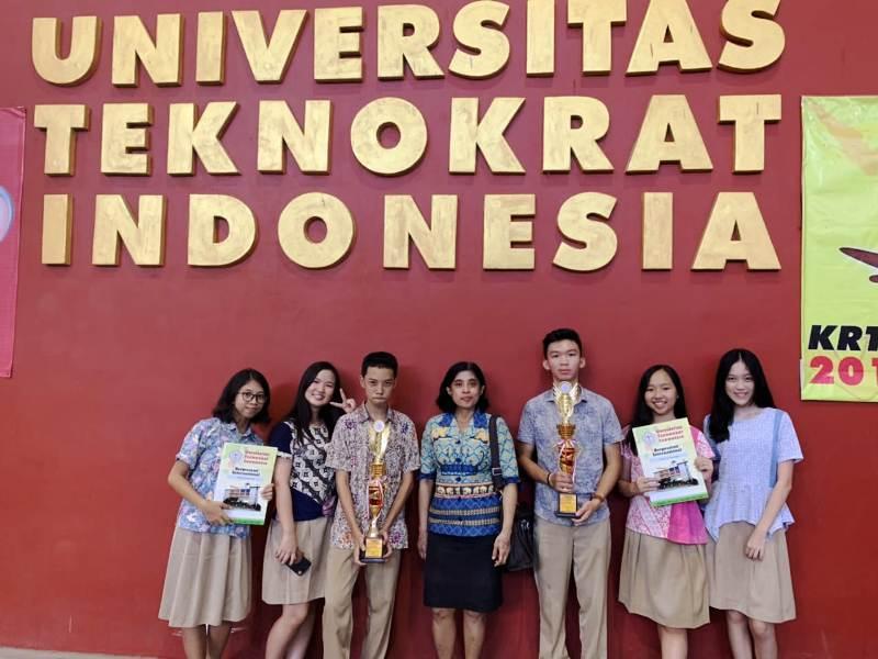 Siswa-siswa SMA Xaverius Bandar Lampung bersama guru pembimbing yang meraih juara 1 Teknokrat Academic Competition 2019.