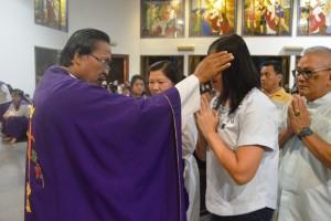 RD Philipus Suroyo saat mengoleskan abu di dahi umat pada Misa pada Misa Rabu Abu, di Gereja Maria Ratu Damai Teluk Betung, Rabu, 06 Maret 2019.
