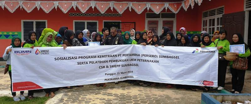 """Region Manager Communication & CSR Sumbagsel, Rifky Rakhman Yusuf bersama para anggota Asosiasi Kelompok Wanita Tani """"Mulia"""" di halam kantor kecamatan Punggur, Lampung Tengah, Kamis, 21 Maret 2019. Foto : Robert"""