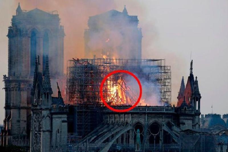 Sejumlah orang meyakini ada sosok di tengah kobaran api di gereja gereja Notre-Dame de Paris yang diduga 'kehadiran' Yesus. Sumber: Getty Images/mirror.co.uk