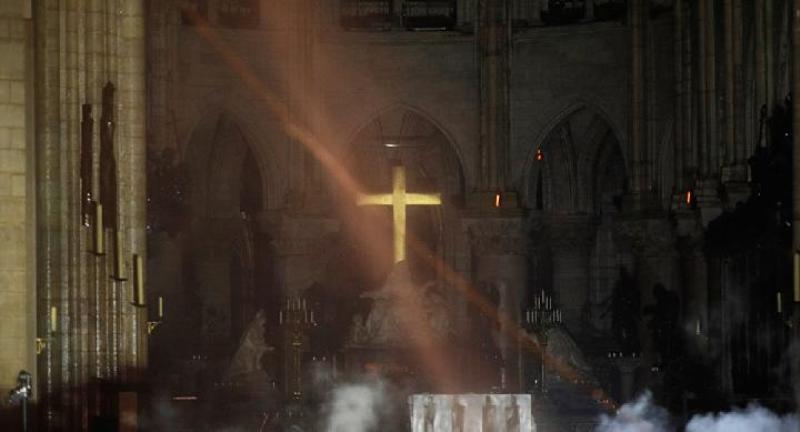 Salib di dalam altar Katedral Notre Dame utuh ketika sekeliling hangus terbakar.[REUTERS]