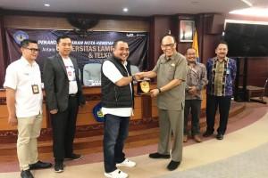 Rektor UNILA, Prof. Dr. Ir. Hasriadi Mat Akin dan VP Sales & Marketing Telkomsel Area Sumatera, Erwin Tanjung.